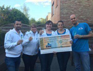 Team Mega Ferre overhandigt cheque 10 Miles !